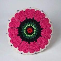 Virkad kudde i bomull, mitt egna mönster. Gjorde ganska många virkade kuddar ett tag, de flesta med blommor. Crocheted pillow in cotton. #pillows  #pillow  #crocheter  #crocheting  #design  #studiomagenta  #veronicafransson  #handmade Bomull, Veronica, Magenta, Pillows, Studio, Interior, Instagram Posts, Design, Paths