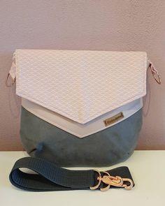 Die Kombination aus rosa, weiß/creme und grau finde ich unheimlich bezaubernd. Diese Farben wirst du ganz oft in meinem Shop finden, da ich einfach sehr verliebt bin. Diese Tasche habe ich mit rosegoldenen Karabinern und D-Ringen ausgestattet. Creme, Bags, Fashion, Pink, Scary, In Love, Artificial Leather, Handbags, Grey