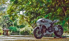 Honda may have created the Neo Sports Cafe category with its but Bali's AMS Garage has owned it with their custom Kawasaki cafe racer. Triumph Motorcycles, Kawasaki Motorcycles, Custom Motorcycles, Custom Bikes, Cafe Racer Build, Cafe Racer Bikes, Cafe Racer Motorcycle, Cafe Racers, Girl Motorcycle