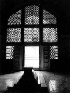 Akbar's cenotaph inside the mausoleum, the true tomb as per traditions lies below it