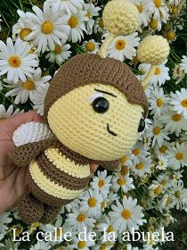 "La calle de la abuela: LA ABEJA ""ABIGAIL"". Patrón. Crochet Doll Pattern, Crochet Toys Patterns, Amigurumi Patterns, Stuffed Toys Patterns, Amigurumi Doll, Crochet Dolls, Doll Patterns, Crochet Gratis, Diy Crochet"