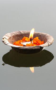 De heilige bakjes met bloemen en een kaarsje die je tijdens de Ganga Aarti ceremonie aan de #ganges kunt schenken in Varanasi, India