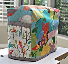 Sewing Projects Free Sewing Pattern and Tutorial - Sewing Machine Cover - This sewing machine cover is a quick and easy sewing project and can be customized to fit any size sewing machine. This cover has handy pockets on the Easy Sewing Projects, Sewing Projects For Beginners, Sewing Hacks, Sewing Tutorials, Sewing Crafts, Tutorial Sewing, Sewing Tips, Sewing Ideas, Sewing Box