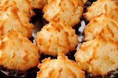 Kokosmakronen - das köstlich leichte Gebäck aus Eischnee ✅ Nicht nur zur Weihnachtszeit ist lockeres und leichtes Gebäck aus Eischnee sehr beliebt. Besonders Kokosmakronen schmecken das ganze Jahr über, denn ihr Geschmack erinnert an die Tropen, an Palmen und paradiesisch schöne Strände. Kokosmakronen haben eine sehr lange Tradition und gehören zu dem Gebäck aus Eischnee, was im 9. Jahrhundert mit den Arabern nach Europa kam. Makronen, die ein besonders leckeres Beispiel für Gebäck aus…