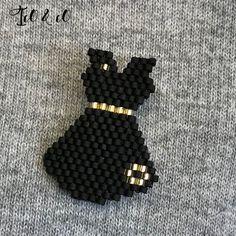 Ico & co La petite robe noire, broche tissage miyuki Beaded Earrings Patterns, Beaded Brooch, Seed Bead Earrings, Beaded Necklace, Seed Bead Crafts, Beaded Crafts, Bead Embroidery Jewelry, Beaded Embroidery, Motifs Perler