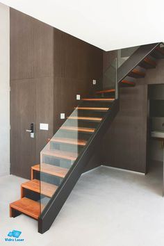 escada ferro preto guarda-corpo embutido Stairs, Barn, Doors, Architecture, Home Decor, Design, Glass Stairs, Black Staircase, Iron Staircase
