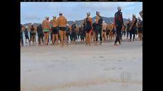 Nadadores depois de pularem na água visto que os barcos não ancoraram , se preparando para a Travssia na Praia do Farol a caminho aquático para Pontal do Atalaia!