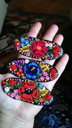 Chloe French's media content and analytics Beading Projects, Beading Tutorials, Beading Patterns, Embroidery Jewelry, Beaded Embroidery, Beaded Crafts, Jewelry Crafts, Beaded Brooch, Beaded Jewelry