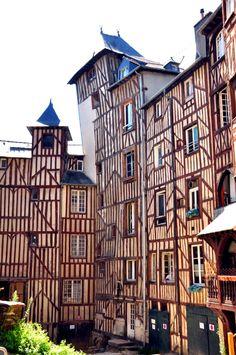 Un bâtiment tout à colombage à Rennes ! #dccv #region #ducotedechezvous…
