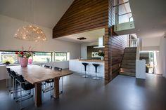 Villa Achterhoek met moderne keuken, hoge plafonds, veel glas en heldere lijnen door Het Fundament Architectuur