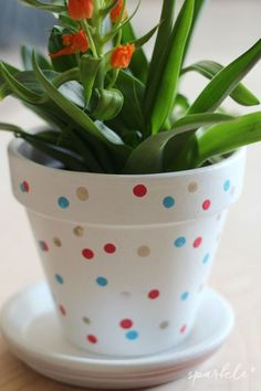 It's an easy DIY and makes a colorful g… Hand decorated confetti flower pots! Flower Pot Art, Flower Pot Design, Clay Flower Pots, Flower Pot Crafts, Clay Pot Crafts, Clay Pots, Painted Plant Pots, Painted Flower Pots, Decorated Flower Pots