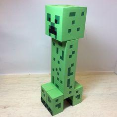 """Creeper Minecraft    Decore sua festa com este personagem do video jogo Minecraft.    Também temos os outros personagens!    Confeccionado com técnicas de scrapbook utilizando papéis 180gr.    *** Qualquer dúvida, entre em contato, clicando em """"Contatar Vendedor"""". Será um prazer atendê-lo(a)"""
