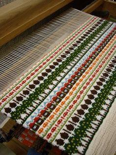 リクエストが多くて毎年かけてます、ブンデンローゼンゴン! 可愛らしいモチーフが織れて、とても楽しいテクニックです  複数回、経験しているベテランさん...