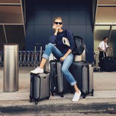 Karlie Kloss street style voyage http://www.vogue.fr/mode/mannequins/diaporama/linterview-green-de-karlie-kloss-conseils-healthy-lifestyle-de-top/31047#linterview-green-de-karlie-kloss-conseils-healthy-lifestyle-de-top-3 Carry On Packing, Suitcase Packing, Travel Luggage, Travel Packing, Travel Tips, Travel Capsule, Carry On Luggage, Travel Hacks, Airport Look