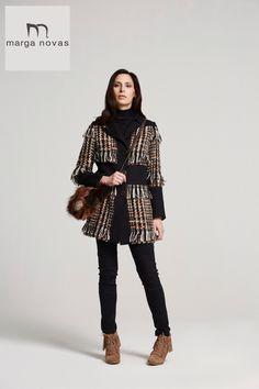 Si estas buscando una combinación para romper tus looks total black te proponemos este chaquetón que combina cuadros con negro y un original acabado con flecos, estarás perfecta!