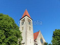 Grüne Bäume und Kirchturm der evangelisch-reformierten Kirche in Helpup bei Oerlinghausen in Ostwestfalen-Lippe
