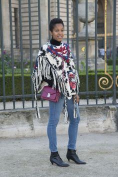 "The Best ""How DOES She Look So Chic"" Jeans Outfits from Paris: Skinny Jeans and Graphic Poncho"