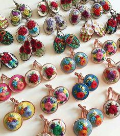 Hand Work Embroidery, Silk Ribbon Embroidery, Hand Embroidery Patterns, Diy Embroidery, Embroidery Fashion, Embroidery Jewelry, Brazilian Embroidery, Handmade Beaded Jewelry, Fabric Jewelry
