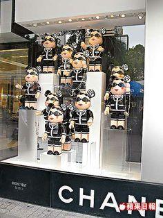 SA: muy curiosa y original utilización de estas muñecas, bastante peculiares, en este escaparate de CHANEL