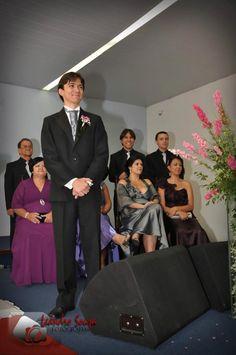 Nervoso no altar esperando a linda noiva