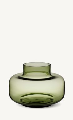 Marimekko's Urna is a beautiful, cylinder-shaped vase designed by Carina Seth-Andersson. Due to its generous size and lightweight appearance, the Urna vase is ideal for large displays and flower arrangements. Marimekko, Large Flower Arrangements, Large Flowers, Olives, Vase Vert, Vase Transparent, Nordic Design, Home Accents, Decorative Items