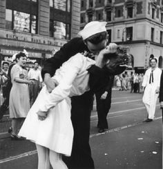 2nd World War / End of the War Japan's unconditional surrender on 14th August 1945.-Jubilant people gathering together in Times Square in New York to celebrate the end of the war: Kissing Marine soldier.-Photo (Victor Jorgensen), 14.8.1945. MONDADORI PORTFOLIO/AKG Images