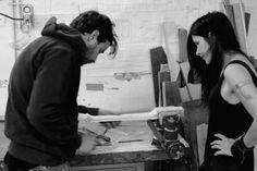 Sculpture du manche, finitions avancées - Julien, s'assurant de la qualité de mon ouvrage. Plus d'infos sur mon site: www.louve.com. Plus d'infos sur l'atelier de lutherie Wild Customs sur: http://www.wildcustomguitars.com