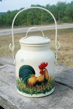 A milk pail. Rooster Kitchen Decor, Rooster Decor, Chicken Painting, Chicken Art, Painted Milk Cans, Milk Pail, Decoupage, Old Milk Cans, Rooster Art