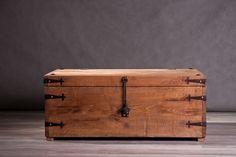 Az aranymetszés méretezésével készült tölgyfa láda, egyedi vasalatokkal.