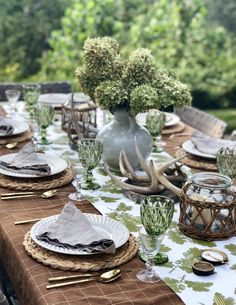 Lunch Table Settings, Round Table Settings, Beautiful Table Settings, French Table Setting, Outdoor Table Settings, Dinner Party Decorations, Dinner Party Table, Italian Table Decorations, Summer Table Decorations