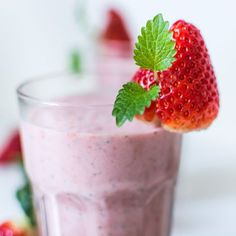 How To Make A Healthy Strawberry Smoothie. Watch this video to learn how to make a healthy strawberry smoothie. If you want a healthy body, a peace of mind a. Fitness Smoothies, Post Workout Smoothie, Good Smoothies, Weight Loss Smoothies, Fruit Smoothies, Smoothie Recipes, Smoothie Diet, Breakfast Smoothies, Detox Smoothies