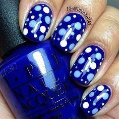 decoracion de uñas azules con puntos