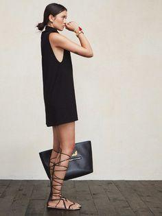 Vestido preto minimalista e gladiadora