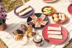 No hay nada mejor que un buen desayuno para empezar el día con las pilas cargadas: huevos, bacon, tostadas, pan con tomate, jamón, aguacate, mermelada, zumo de naranja y pastitas dulces #desayuno #breakfast
