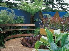 Clôture de jardin bleue et plantes luxuriantes