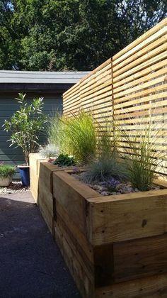 Ideas for raised patio deck railway sleepers Raised Garden Bed Plans, Raised Patio, Building A Raised Garden, Backyard Seating, Backyard Patio, Backyard Landscaping, Small City Garden, Small Courtyard Gardens, Back Garden Design