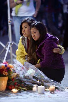 米カリフォルニア(California)州サンタバーバラ(Santa Barbara)にあるカリフォルニア大学サンタバーバラ校(University of California Santa Barbara)のキャンパスで、銃乱射事件の犠牲者をろうそくで追悼する集会に参加した学生(2014年5月24日撮影)。(c)AFP/ROBYN BECK ▼26May2014AFP|米警察、銃乱射容疑者と事前接触も「危険なし」と判断 http://www.afpbb.com/articles/-/3015914 #University_of_California_Santa_Barbara