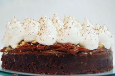 Torta Brownie [Base de brownie, dulce de leche, nueces caramelizadas, merengue y choco rallado]