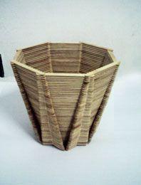 Quer fazer artesanato utilizando apenas palito de picolé? Veja aqui como fazer um lindo vaso para decorar a sua casa. Esse artesanato é simples e precisa