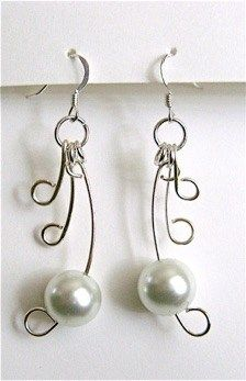 In the world of wire art jewelry, pearls always add a touch of grace. For just the perfect way to combine the two in harmony, try out some Wire Winged Pearl Earrings. Wire Jewelry Making, Jewelry Making Tutorials, I Love Jewelry, Wire Wrapped Jewelry, Pearl Jewelry, Beaded Jewelry, Jewelery, Free Tutorials, Jewellery Making