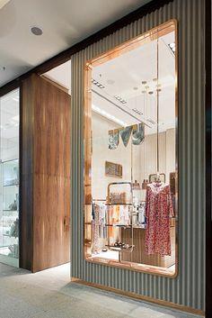 Yvy feminine store design in sao paulo inspirations - vm бутик, витрина и б Boutique Interior, Retail Interior Design, Showroom Design, Boutique Design, Clothing Store Design, Decoration Chic, Shop House Plans, Retail Shop, Commercial Interiors