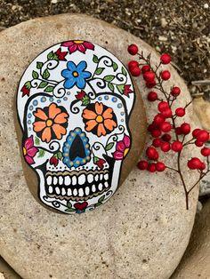 Sugar Skull Painted Rock, Calavera, Day of the Dead – rock hunt - Malvorlagen Mandala Halloween Rocks, Halloween Skull, Easy Halloween, Disney Halloween, Painted Pumpkins, Painted Rocks, Hand Painted, Sugar Skull Painting, Pumpkin Painting