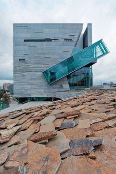 Museu Perot de Ciência Natural – Dallas, Estados Unidos. Concebido pelo escritório Morphosis, em colaboração com o Good Fulton & Farrell. Alta tecnologia e mínimo impacto ambiental.