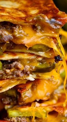 Cheeseburger quesadillas - WE LOVED THIS! I did a few things different though - I used lean meat - & added 1 chopped onion when cooking the meat. I did not use the sauce, but I did cut up som(Cheese Steak Quesadilla) Mexican Dishes, Mexican Food Recipes, Dinner Recipes, Cocktail Recipes, Comida Tex Mex, Beste Burger, Burger Recipes, Quesadilla Recipes, Quesadilla Burgers
