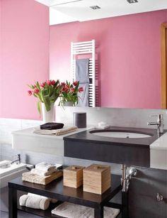 Zona de lavabo con una encimera hecha a medida en mármol de Macael blanco y pizarra pulida.Bajo la encimera del lavabo se ubicó un mueble bajo en color wengué con una balda ...