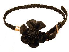 Cinto trançado preto com belo detalhe em florCinto. Perfeito para looks mais elaborados, pois traz elegância à composição