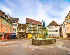 La ville de Colmar se caractérise elle aussi par d'innombrables maisons à colombages dans son quartier baptisé la Petite Venise. Les couleur...