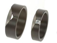 Zwarte herenring en zwarte damesring met diamant. Prachtige ontwerpen uit de werkplaats van Metal Art