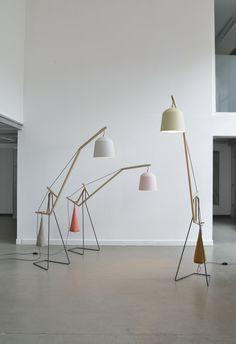 Diese filigranen Stehleuchten mit Lampenschirmen in sanften Pudertönen neigen sich wie grosse Glockenblumen und werden von einem farblich pa...