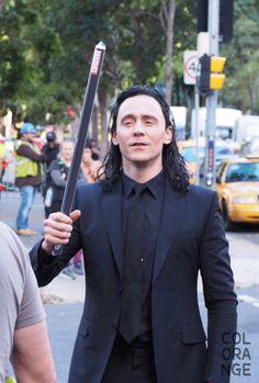 Pensamento de Loki: vou enganar esses midgardianos e atirar essa coisa neles. Huahuahuahuahua #zueiraneverends
